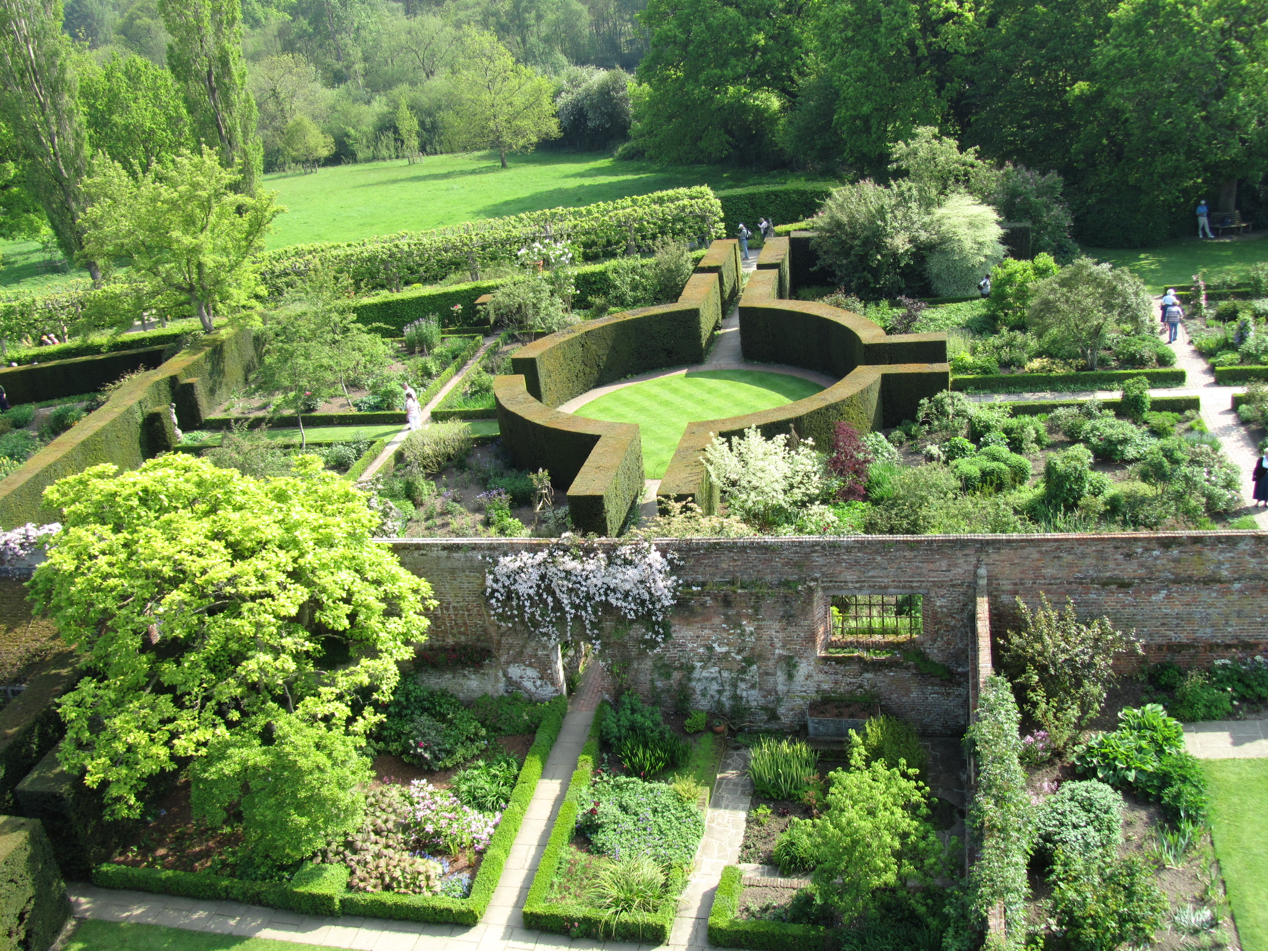 Sissinghurst castle sisley garden tours for Jardin a l anglaise